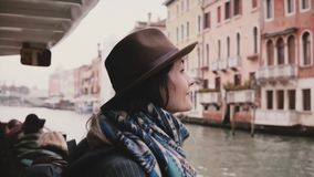 微笑美丽的激动的白种人旅游的女孩,在秋天威尼斯享受惊人的大气长平底船游览游览 影视素材