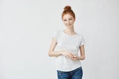 微笑美丽的红头发人的女孩看照相机 免版税库存照片