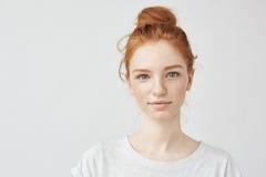 微笑美丽的红头发人的女孩画象看照相机 免版税库存图片