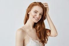 微笑美丽的自然红头发人的女孩画象看照相机 免版税库存照片