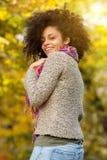 微笑美丽的非裔美国人的妇女户外 库存图片