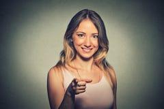 微笑美丽,激动,愉快的妇女,笑,指向往您的手指 库存照片