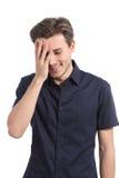 微笑羞愧的人盖他的面孔用手 免版税库存照片