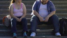 微笑胖的学生谈话和,坐台阶在大学附近,朋友 股票视频
