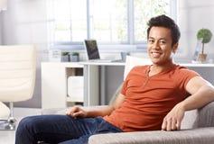 微笑英俊的亚裔的人在家 免版税库存照片