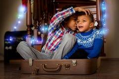 微笑蓬松卷发的孩子耳语和 免版税图库摄影
