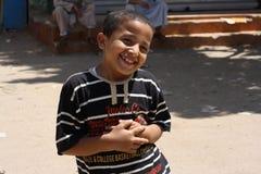 微笑逗人喜爱的英俊的男孩画象摆在和 库存图片