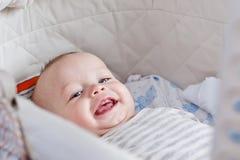 微笑逗人喜爱的婴孩看照相机 库存照片