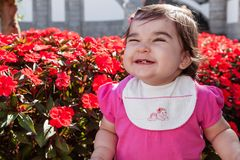 微笑逗人喜爱,有一大微笑笑的俏丽,愉快,胖的小孩 免版税库存图片