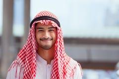 微笑阿拉伯或阿拉伯人企业画象,射击bac的关闭 库存照片