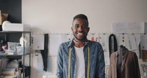 微笑非裔美国人的人的设计师画象看照相机在车间 股票视频