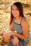 微笑,与好的阳光的年轻亚裔妇女美丽的画象  库存图片