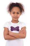有被交叉的双臂的逗人喜爱的矮小的非洲亚裔女孩 免版税库存图片