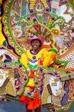 微笑,在明亮地色的服装的女性跳舞troope领导,在Junkanoo执行,在拿骚。 库存图片