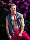 微笑,户外,与开放衬衣的英俊的年轻肌肉人 免版税图库摄影
