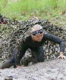 微笑,爬行,用泥爬行盖的美丽的妇女 免版税库存图片