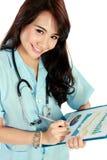 微笑年轻人的护士,当工作时 免版税库存图片