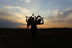 微笑年轻体育的女孩摆在和,执行舞蹈移动和pos 图库摄影