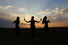 微笑年轻体育的女孩摆在和,执行舞蹈移动和pos 库存照片