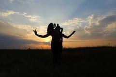 微笑年轻体育的女孩摆在和,执行舞蹈移动和pos 免版税库存照片