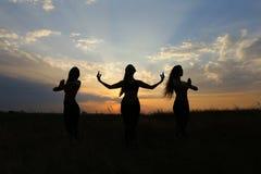 微笑年轻体育的女孩摆在和,执行舞蹈移动和pos 免版税图库摄影
