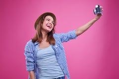 微笑兴奋的妇女,当做selfie照片时 库存图片