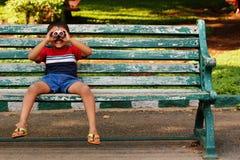 微笑&嬉戏地查找逗人喜爱的新印第安的男孩 免版税库存照片