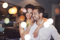微笑年轻成功的夫妇,妇女容忍人户内, boke 免版税库存照片
