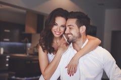 微笑年轻成功的夫妇,妇女容忍人 库存照片