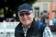 微笑戴眼镜的老人 免版税图库摄影