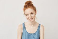微笑appy美丽的红头发人的女孩画象有雀斑的恳切地看照相机不害怕紫外和晒斑 库存图片