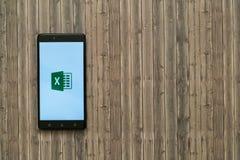 微软办公系统擅长在智能手机屏幕上的商标在木背景 库存照片