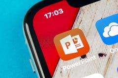微软办公系统Powerpoint在苹果计算机iPhone x屏幕特写镜头的应用象 PowerPoint app象 微软电源插座applica 库存图片