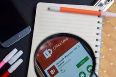微软办公软件透镜-有扩大化的PDF扫描器App在智能手机屏幕上 免版税库存照片