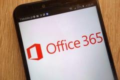 微软办公软件365商标在一个现代智能手机显示了 库存图片