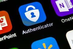 微软证明人在苹果计算机iPhone x智能手机屏幕特写镜头的应用象 微软证明人app象 社会 免版税库存图片