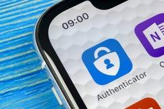 微软证明人在苹果计算机iPhone x智能手机屏幕特写镜头的应用象 微软证明人app象 社会ne 免版税库存照片