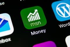 微软MSN金钱在苹果计算机iPhone x智能手机屏幕特写镜头的应用象 微软msn金钱app象 3d网络照片回报了社交 S 库存图片