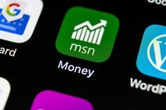 微软MSN金钱在苹果计算机iPhone x智能手机屏幕特写镜头的应用象 微软msn金钱app象 3d网络照片回报了社交 S 库存照片