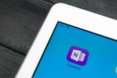 微软OneNote办公室在苹果计算机iPad赞成屏幕特写镜头的应用象 微软一个笔记app象 微软applic的OneNote 免版税库存图片