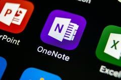 微软OneNote办公室在苹果计算机iPhone x屏幕特写镜头的应用象 微软一个笔记app象 微软applic的OneNote 免版税库存图片
