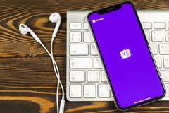 微软OneNote办公室在苹果计算机iPhone x屏幕特写镜头的应用象 微软一个笔记app象 微软applic的OneNote 免版税图库摄影