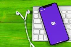 微软OneNote办公室在苹果计算机iPhone x屏幕特写镜头的应用象 微软一个笔记app象 微软applic的OneNote 免版税库存照片