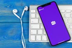 微软OneNote办公室在苹果计算机iPhone x屏幕特写镜头的应用象 微软一个笔记app象 微软applic的OneNote 库存图片
