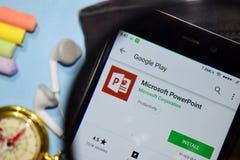 微软PowerPoint有扩大化的dev应用程序在智能手机屏幕上 免版税库存照片