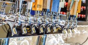 微酿造或桶装啤酒轻拍 免版税库存照片