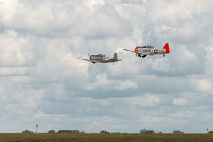 AT-6德克萨斯人执行飞过在跑道 库存图片