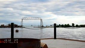德卢斯明尼苏达空中升降吊桥、firepit和渔船 股票视频