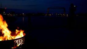 德卢斯,明尼苏达- 2018年7月2日:有firepit和游人的历史的空中升降吊桥 股票视频