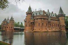 德哈尔与华丽砖塔的城堡门面和水护城河在雨天,在乌得勒支附近 库存图片